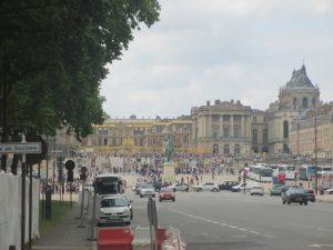 【画像】フランス・パリのヴェルサイユ宮殿に行ったとき「ヴェルサイユといえばバラでしょ!」と思って、広大な庭園でいかにもなバラの花を探してみた話。-フランス旅行記